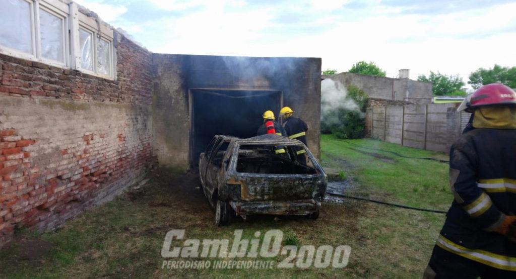 Se incendió un Fiat Uno que permanecía en un garaje