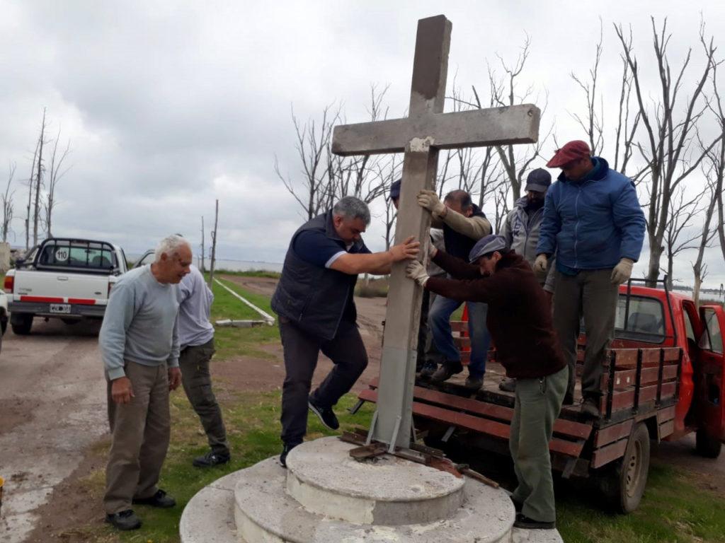 Lito Sottovía reparó dos cruces del viejo cementerio que ya están colocadas en su sitio original