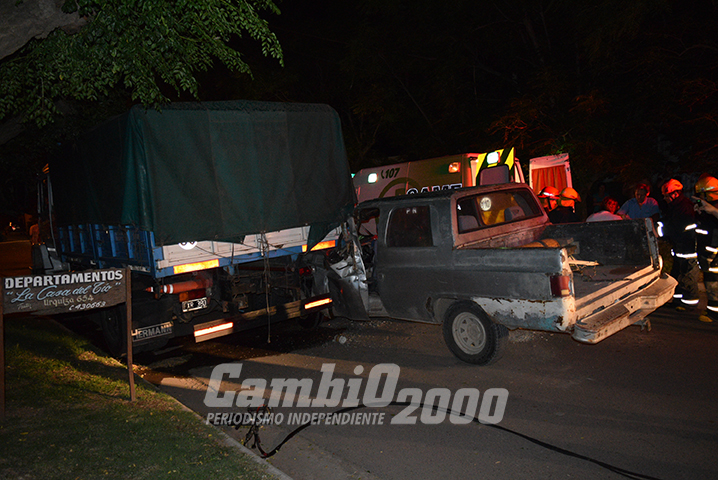 Carhué: Fuerte choque de camioneta contra camión estacionado